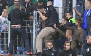 Видео: Бой между феновете спря мач в Германия