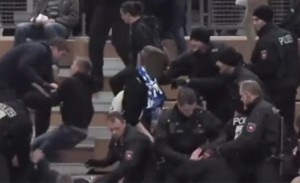 Видео: Бой между фенове и полиция на футзал в Германия